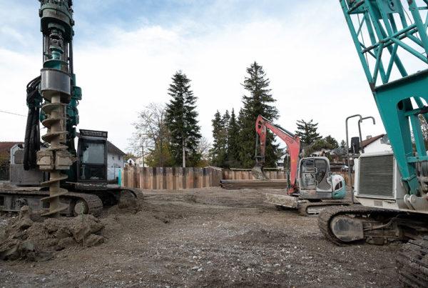 Baustellenansicht Neubau Enbringung Spundwaende